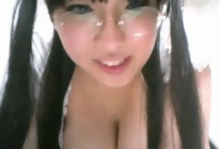 精神旺盛的爆乳美少女眼鏡娘女僕 素人動画サービス精神が旺盛な爆乳メイド。オナニーを見せてくれる。