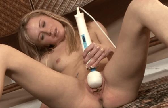 凱利克拉斯玩弄一個強大的情趣用品按摩棒 Kelly Klass Plays With a Powerful Sex Toy